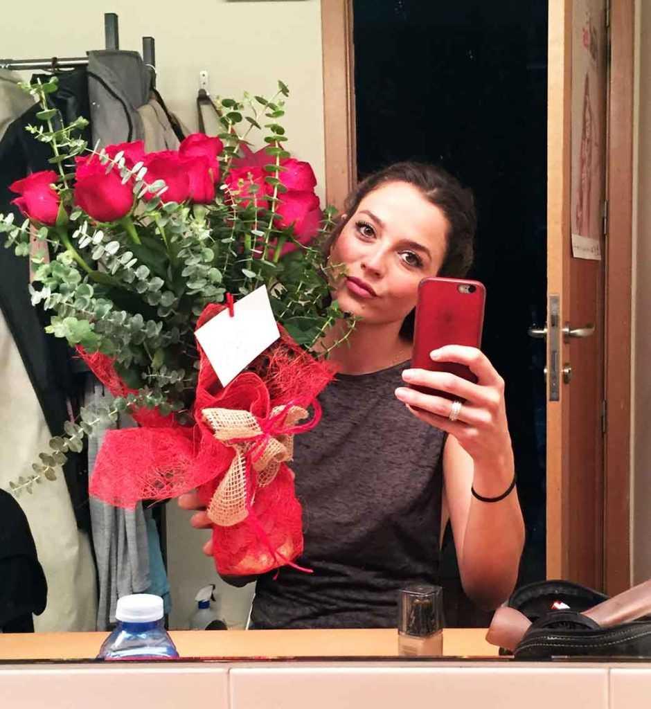 Recibiendo rosas rojas tras el estreno