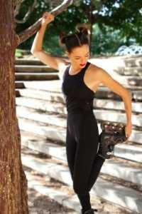 Fotógrafo: Alejandrina Zoreda Outfit: Chaqueta Roja, textura rosas by Adidas Mono deportivo negro by Oysho Patines Decathlon