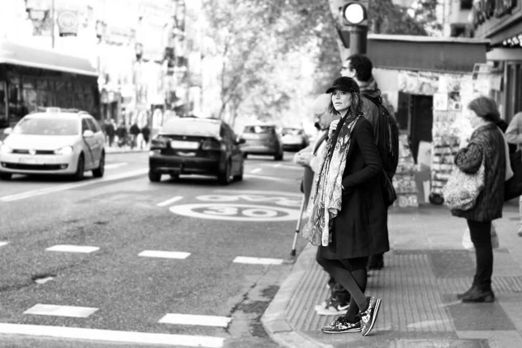 Fotógrafo: Alejandrina Zoreda. Outfit Low Cost: Vestido: Primark. 16,00€ Gorra: Primark. 5,00€ Abrigo Masculino: De mi fondo de armario by Zara Zapatillas y Bolso: De mi fondo de armario by Michael Kors Foulard: De mi fondo de armario. Gafas Solares: Ilalia Independent